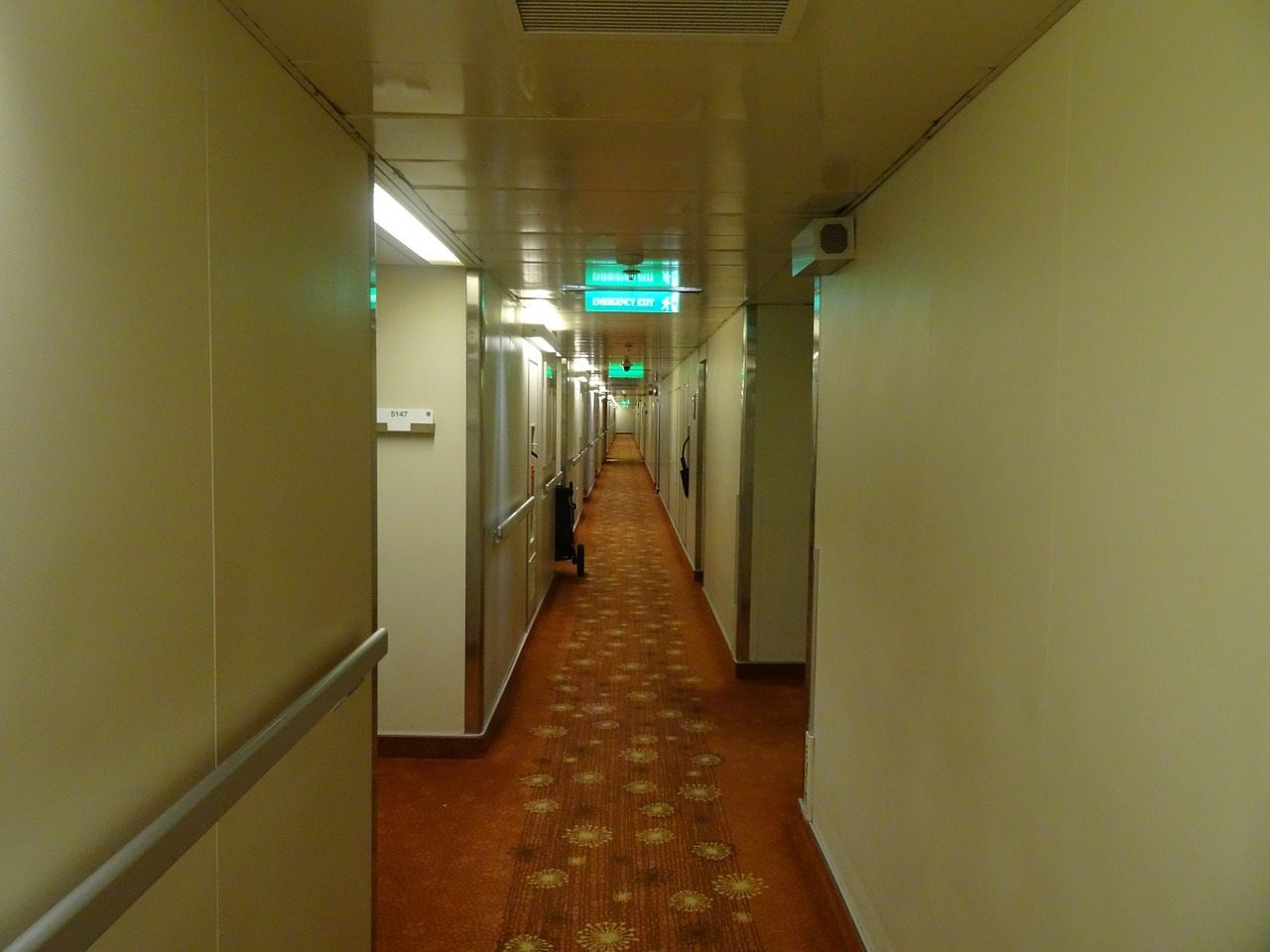 hallway-262474_1280