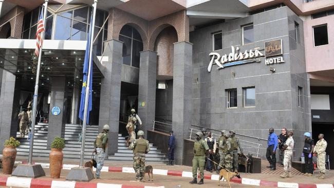 la-fg-gunmen-attack-mali-hotel-pictures-20151120